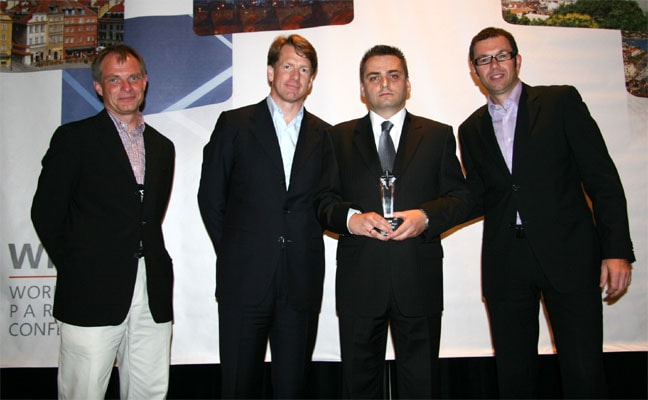 Bartosz Niepsuj odbiera nagrodę: Learning Solutions Innovative Partner of the Year